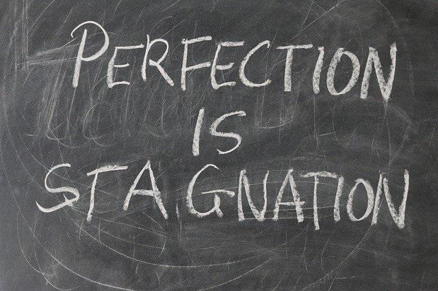 Tavle med tekst perfection is stagnation. beritbai.dk