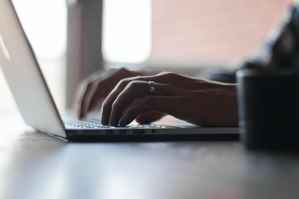 Kvinde skriver på laptop. Fantastiske webtekster. beritbai.dk